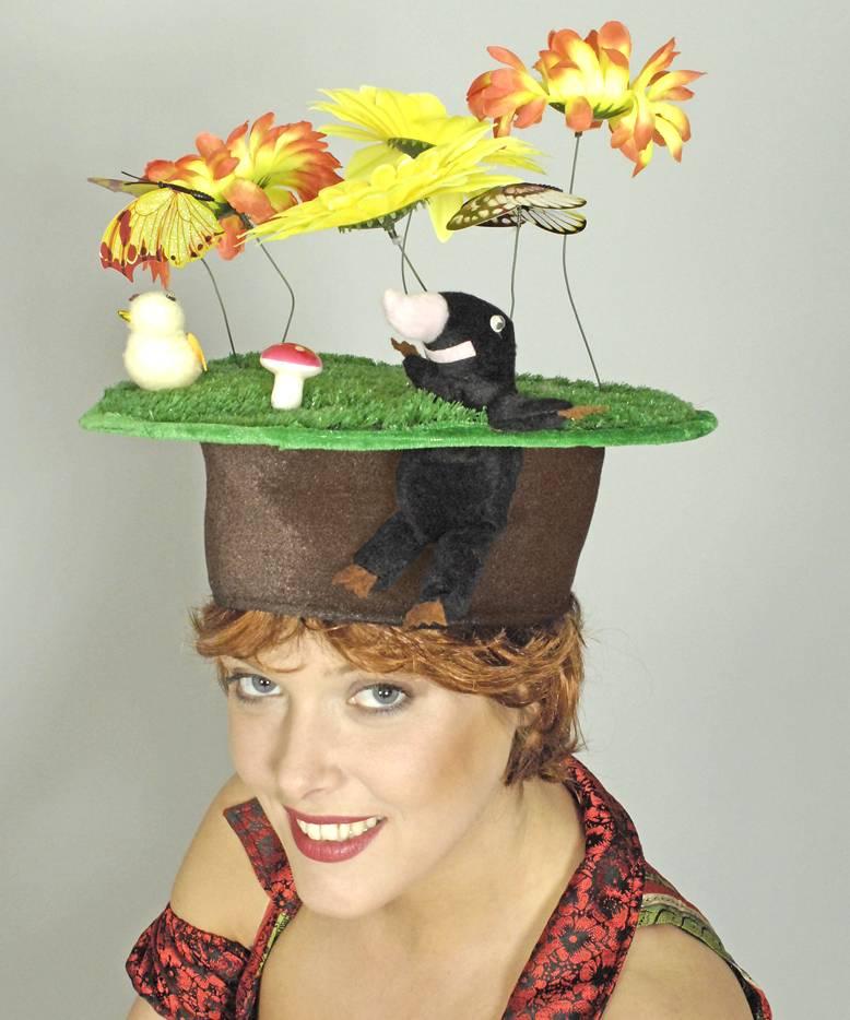 Chapeau-Humoristique-Taupe-sur-pelouse