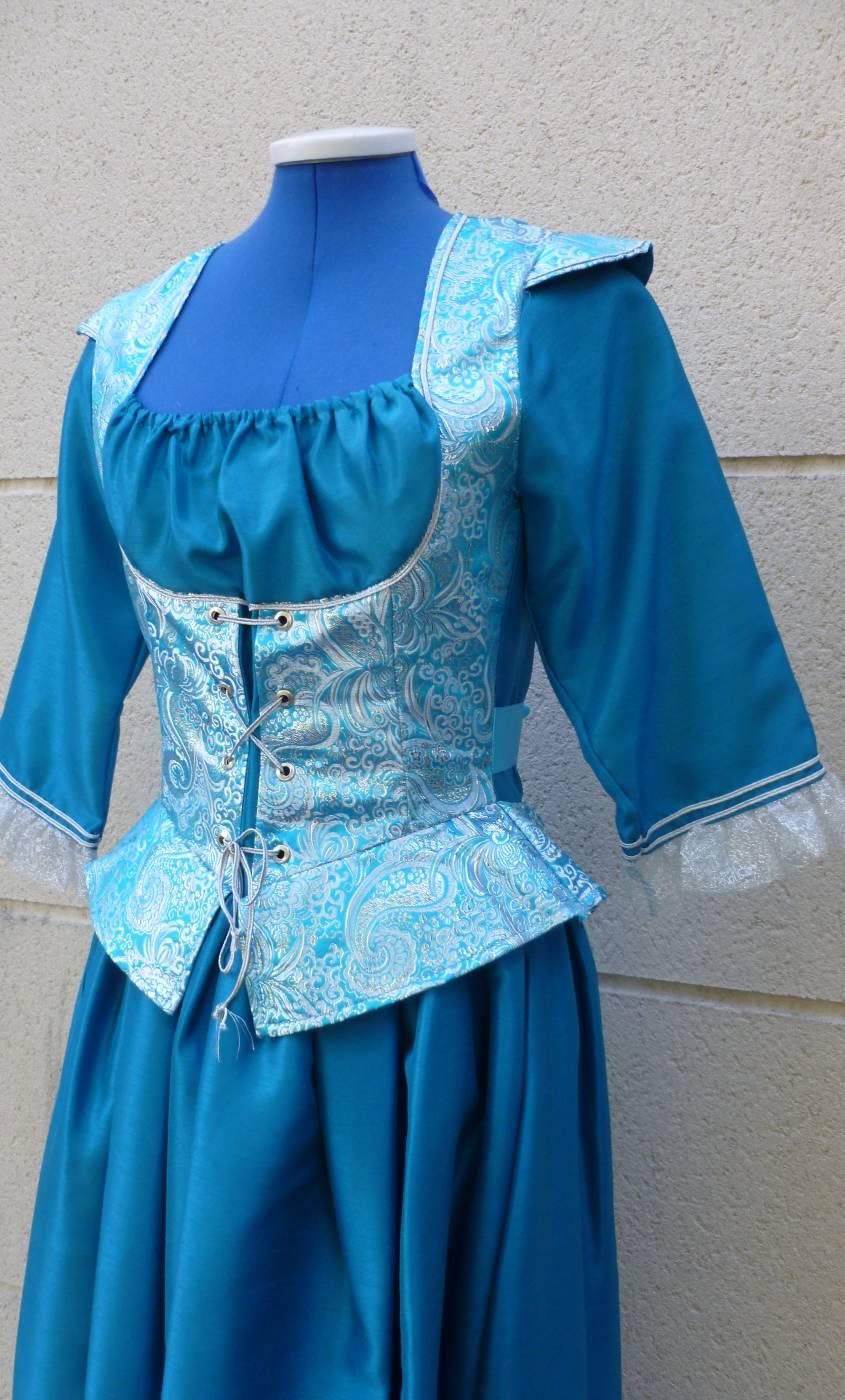 Robe-de-Marquise-bleue-Grande-Taille-3